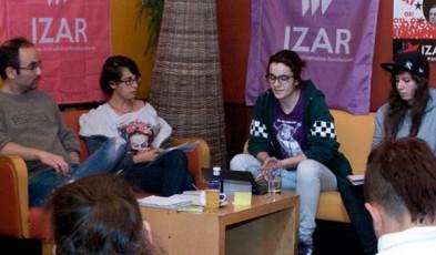 Integrantes de IZAR en la presentación del partido.